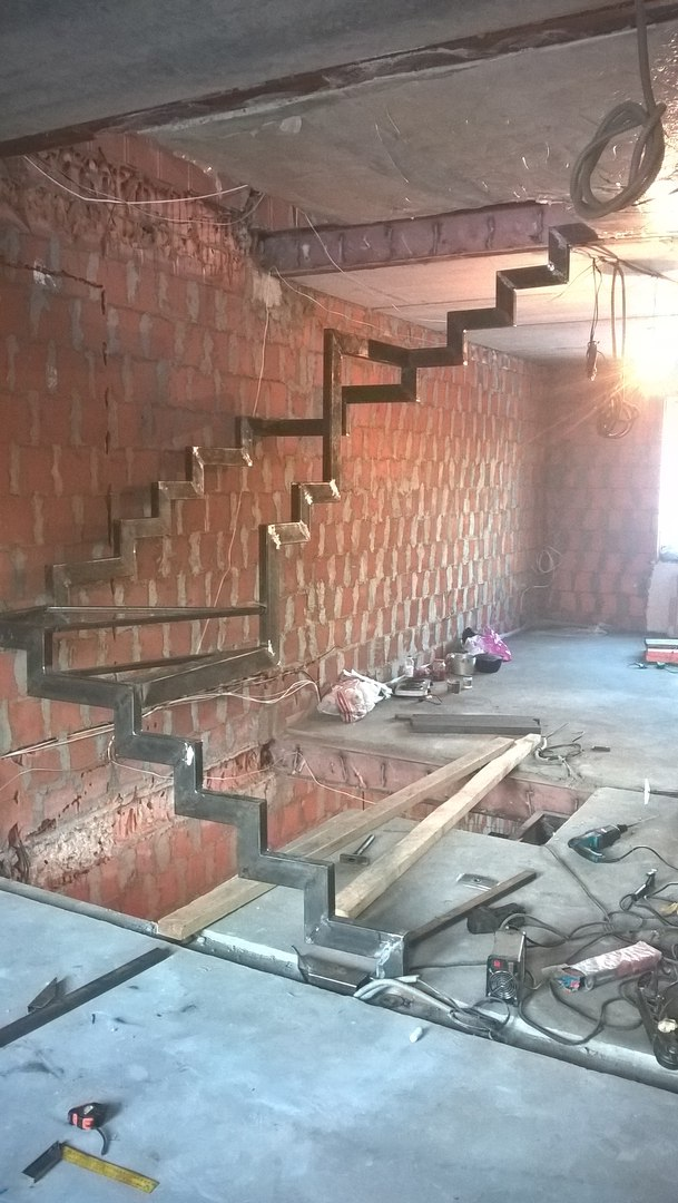 лестница на металлическом косоуре