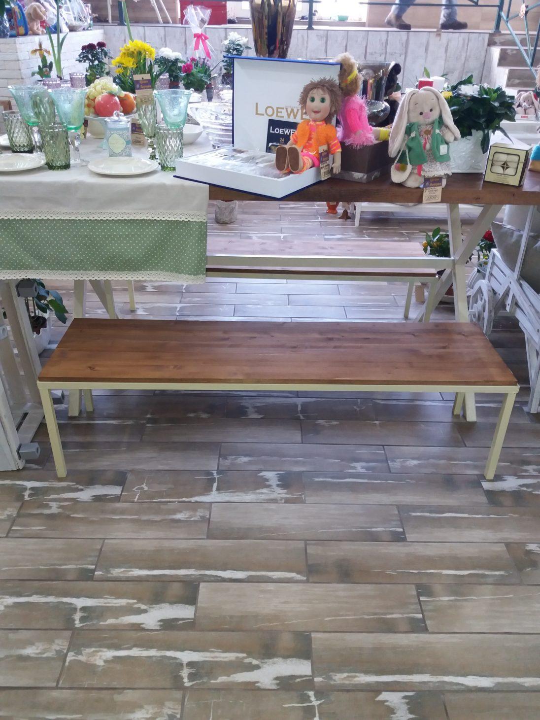 Лавочки и стол для магазина подарков