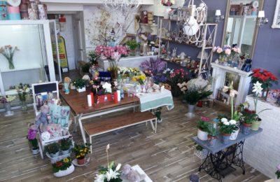 Металлические Лавочки и стол и Стелажи для магазина подарков