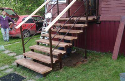 Металлический каркас уличной лестницы