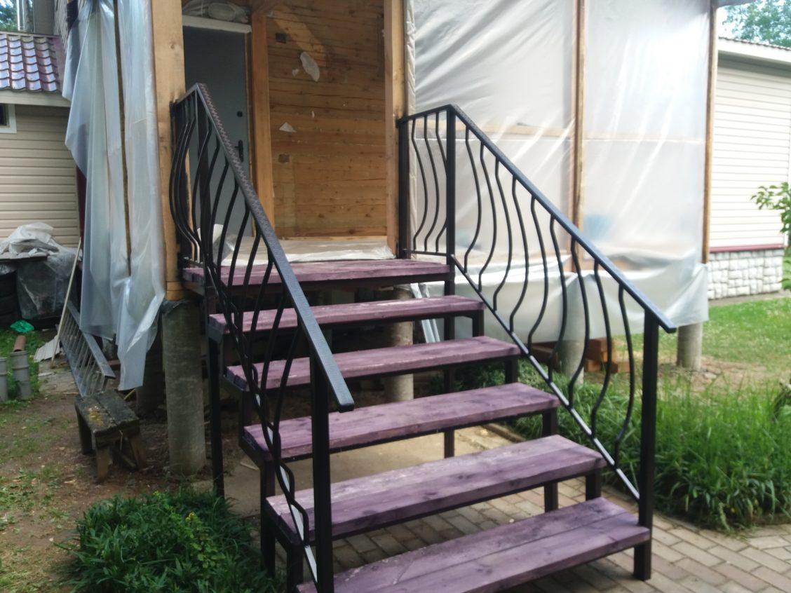 Металлические ступени вход в дом