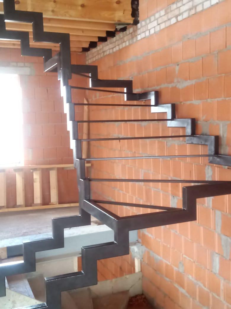 лестница на ломаном косоуре