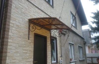Кованный козырек над дверью