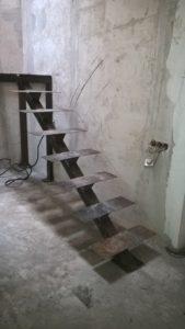 Лестница из металла на монокосоуре