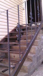 Лестница с кованными элементами
