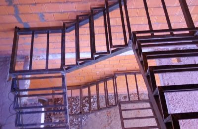 лестница закрытого типа из проф трубы 60х100