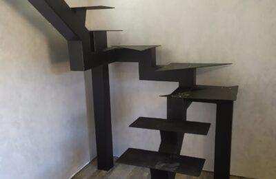 металлическая лестница на монокосоуре