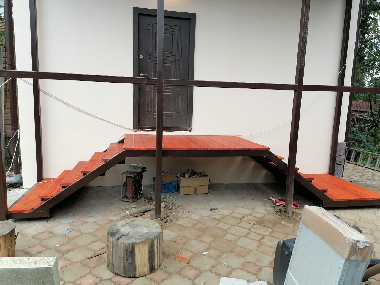 Входная Лестница из металла в частный дом